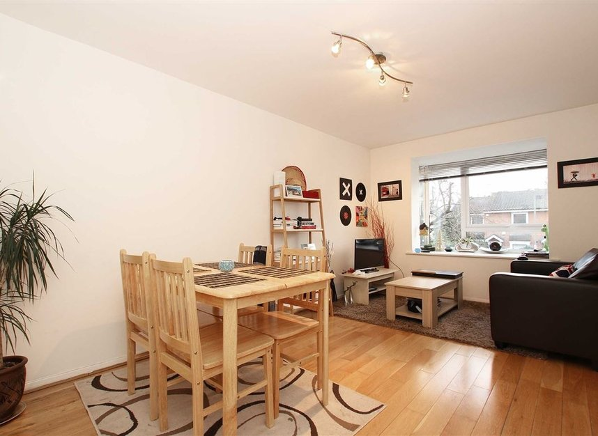 Properties to let in Chivalry Road - SW11 1HX view1