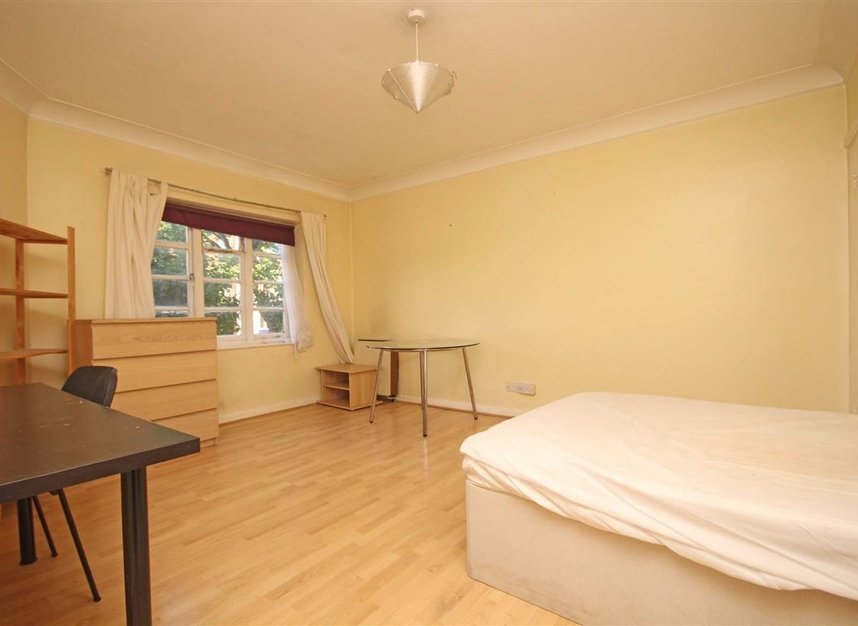 Properties to let in St. Marks Hill - KT6 4LP view3